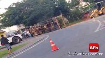 Motorista é socorrido após caminhão tombar em Itaocara; veja o vídeo - SF Notícias