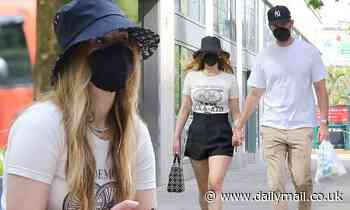 Jennifer Lawrence puts on a leggy display in chic black shorts as she grabs lunch - Daily Mail