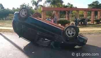 Carro capota após batida em rotatória em Ibitinga - G1