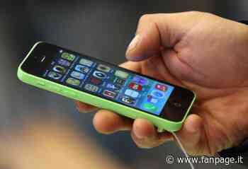 Gallarate, gli esplode lo smartphone mentre è al telefono con un amico: rischia l'udito - Fanpage.it