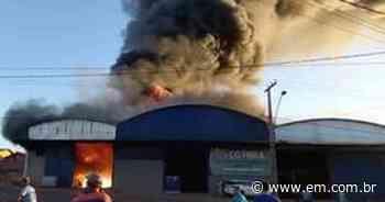 Galpão de fábrica pega fogo em Campos Gerais e uma pessoa fica ferida - Estado de Minas