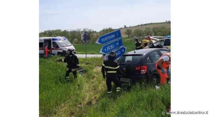 Pauroso schianto a Filottrano, auto si ribalta: quattro feriti - il Resto del Carlino
