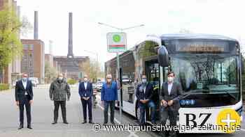 Im VW-Werk Wolfsburg fahren nun zwei Elektrobusse