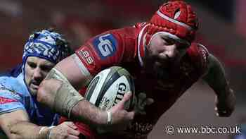 Blade Thomson: Scarlets back-rower extends stay at Welsh region