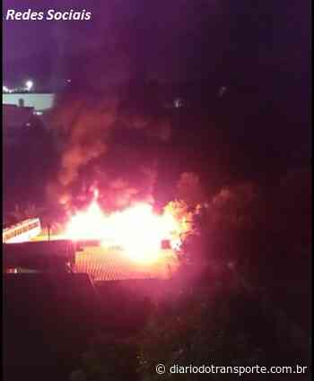 VÍDEO: Incêndio destrói ônibus na garagem da Viação Presidente em Conselheiro Lafaiete - Adamo Bazani