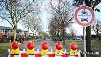Schnapsidee: Betrunkene Frau (19) spaziert mit Baustellenabsperrung durch Rosenheim