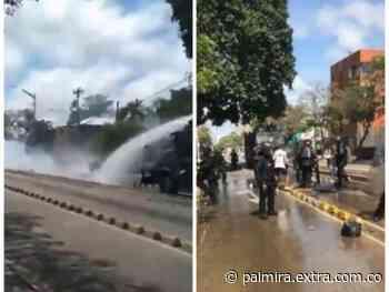 Insólito: ESMAD y manifestantes detuvieron la 'trifulca' para atender herido [VIDEO] - Extra Palmira
