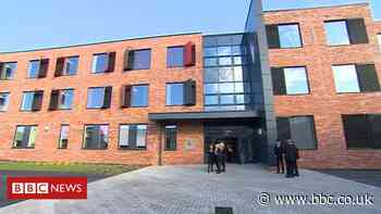 Covid-19: Wilsthorpe School shut after more than 100 test positive