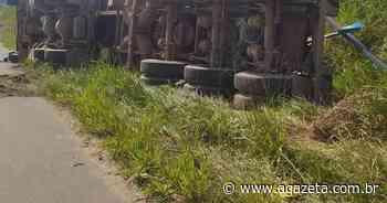 Carreta carregada com granito tomba em rodovia de Ecoporanga - A Gazeta ES