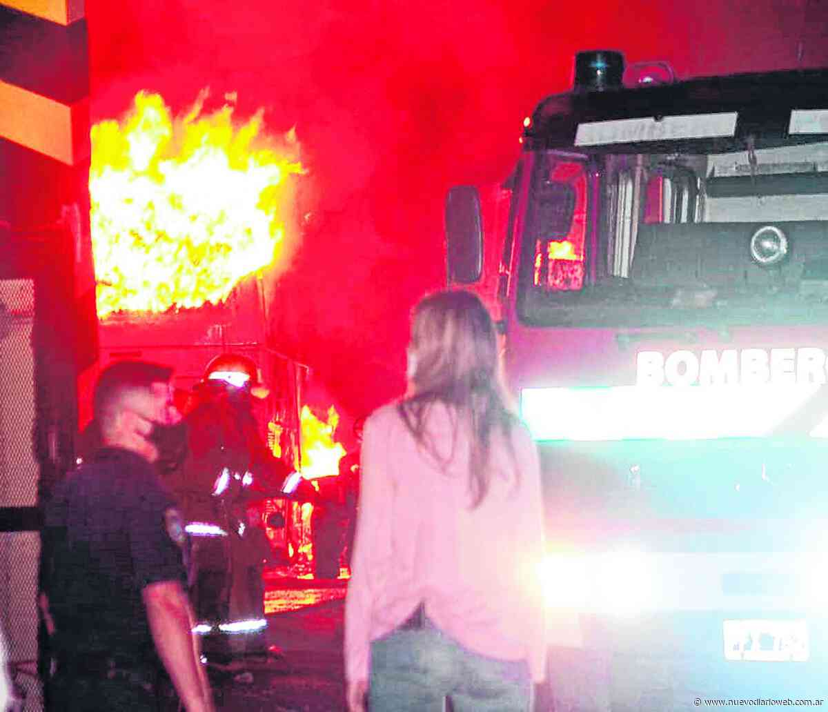 Un voraz incendio arrasó con varias unidades de la empresa San Cristóbal - Nuevo Diario de Santiago del Estero