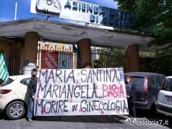 """""""Basta morire in ginecologia"""", la protesta di Fem.In per Mariangela morta al sesto mese di gravidanza - Calabria 7"""