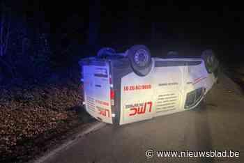 Bestelwagen wijkt uit voor overstekend wild en gaat overkop in Voeren - Het Nieuwsblad