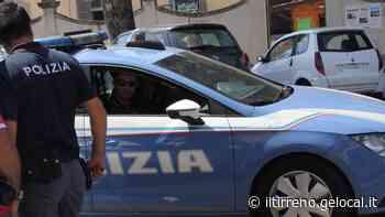 Titolare di un negozio blocca una ladra in fuga - Il Tirreno