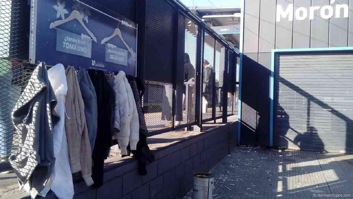 Perchero solidario en la estación Morón: Dejan abrigos para quien necesite - Anticipos