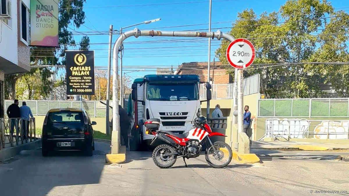 """Ahora Morón: Se quedó """"duro"""" en el túnel French Azcuénaga y contramano - Anticipos"""