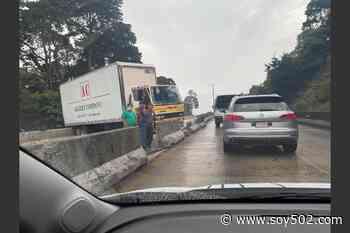 Camión obstaculiza paso en puente de Santa Rosalía - Soy502