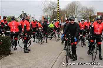 Daar zijn de terrasjes... en ook de wielertoeristen van de Landelijke Gilde Zaffelare - Het Nieuwsblad