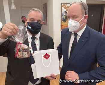 IMAGE DU JOUR Le Prince Albert offre des pots de miel à Max Roustan, maire d'Alès - Objectif Gard