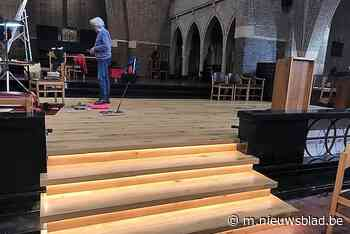 Onze-Lieve-Vrouwkerk uitgerust met podium - Het Nieuwsblad
