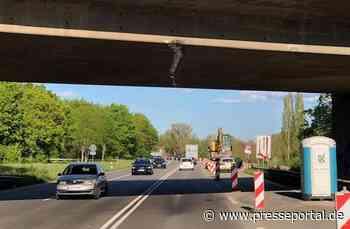 POL-PDLD: Mit Baggerarm an Brücke hängen geblieben