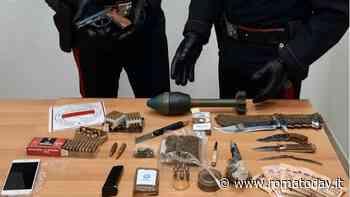 Una pistola pronta a sparare, coltelli ed una bomba: le armi nascoste nel forno elettrico - RomaToday