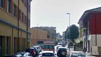 Esce di strada con lo scooter e sbatte contro un semaforo, ferito 55enne - VeronaSera