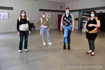 Inge leert zwangere vrouwen draagdoek knopen op veilige manier