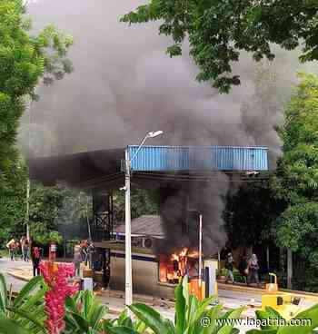 Incendiaron peaje de Supía, en la vía Manizales-Medellín - La Patria.com