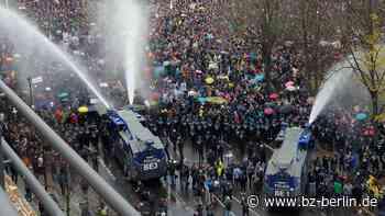 Wann setzt die Polizei ihre Wasserwerfer ein und wann nicht? - B.Z. Berlin