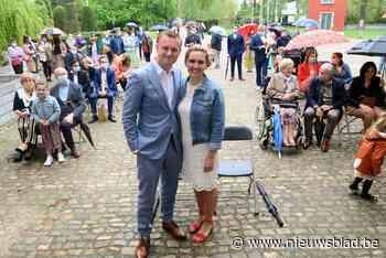 Jolien en Pieter-Jan nemen regendruppels er graag bij: kasteelhuwelijk met 50 aanwezigen