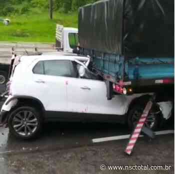 Acidente entre quatro veículos bloqueia BR-101 em Araquari   NSC Total - NSC Total