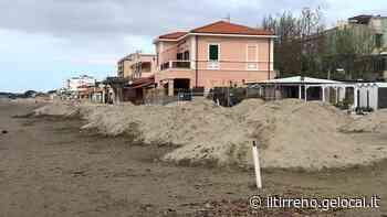 La spiaggia di Follonica si sta già facendo bella per accogliere le sdraio e gli ombrelloni - Il Tirreno