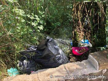 Torvaianica, incuria intorno alla Piazza del mercato: la vegetazione è piena di rifiuti (e c'è anche una bombola) - Il Corriere della Città