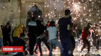 Al-Aqsa mosque: Dozens hurt in Jerusalem clashes