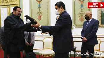 Venezuela: Steven Seagal schenkt Diktator Nicolás Maduro Samurai-Schwert - BILD