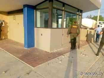 En Cereté un CAI y dos oficinas bancarias fueron atacadas a piedra por vándalos - LA RAZÓN.CO