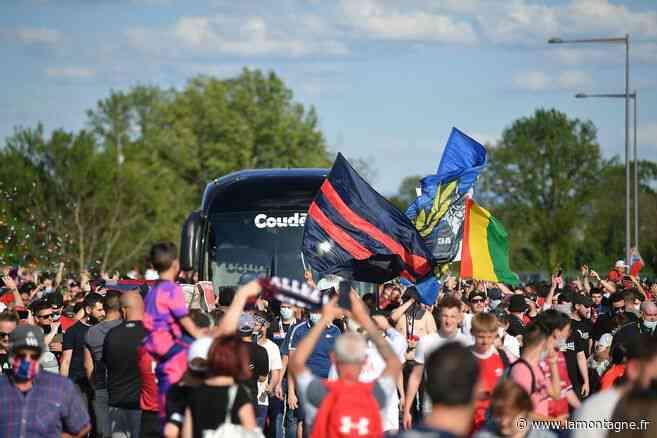 Le car du Clermont Foot accueilli par une foule en transe - La Montagne