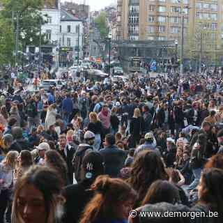 Massa volk op Flageyplein na oproep 'La Boum 3'