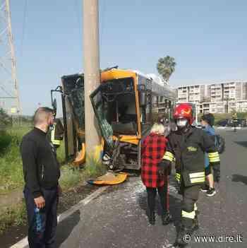 A Catania un bus si schianta contro un palo, grave un ferito - DIRE.it - Dire