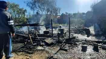 Se incendió una casa en barrio Las Rosas y una familia quedó en la calle - El Editor Platense