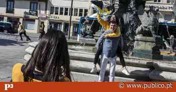 """Sem Queima das Fitas, estudantes do Porto tentam """"manter a tradição viva"""" nas ruas - PÚBLICO"""