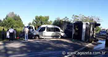 Van de prefeitura se envolve em acidente com carreta em Aracruz - A Gazeta ES