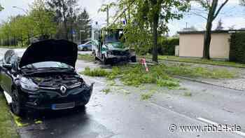 Berlin-Pankow: Vier Verletzte bei Unfall mit Polizeiwagen in Blankenburg - rbb24