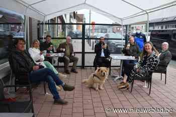 """Sammy Mahdi en Pamuk genieten van eerste terrasje: """"Dat eerste pintje smaakt anders dan thuis"""" - Het Nieuwsblad"""