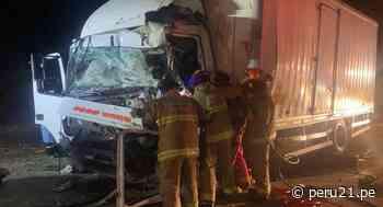 La Libertad: Dos choferes mueren en choque frontal entre dos camiones | VIDEO - Diario Perú21