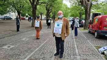 Joigny : une vingtaine de personnes réunies pour manifester en silence pour le climat - France Bleu