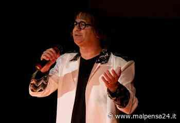 Nicola Caccia canta Renato Zero per gli alpini di Olgiate Olona - MALPENSA24 - malpensa24.it