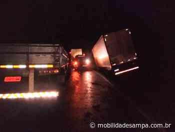 Engavetamento entre veículos interdita rodovia Régis Bittencourt em Barra do Turvo - Mobilidade Sampa