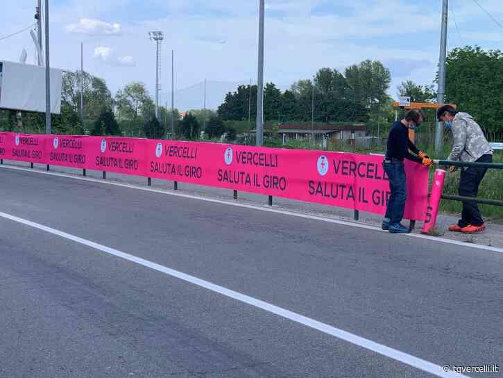 In via Viviani lo striscione con cui Vercelli saluta il Giro d'Italia - tgvercelli.it