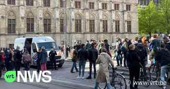 Politie schrijft boetes uit na flashmob tegen coronamaatregelen in Gent - VRT NWS